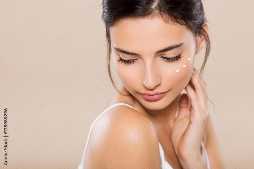 Fototapety, obrazy: Beauty face with moisturizer