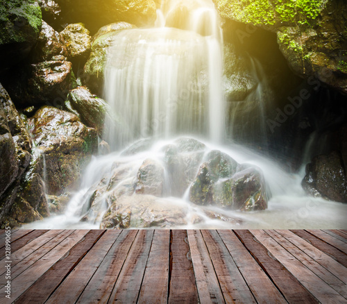 Fototapeta premium wodospad w lesie i most.