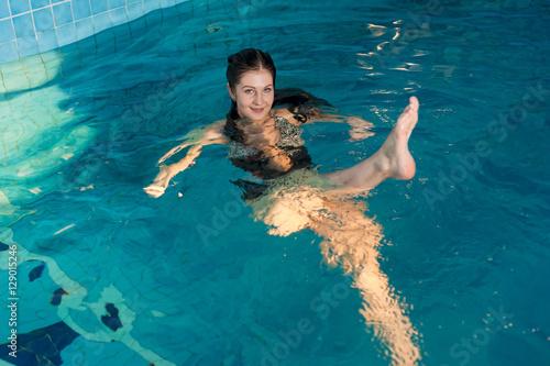 Fotografía  Young beautiful woman relaxing in swimming pool