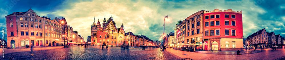 Wrocławski rynek z ratuszem podczas zachodu słońca wieczorem, Polska, Europa. Panoramiczny montaż z 27 zdjęć HDR z efektami obróbki końcowej <span>plik: #129020449   autor: Ints</span>