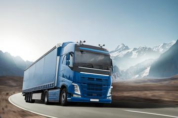 Ciężarówka jedzie przez górski krajobraz
