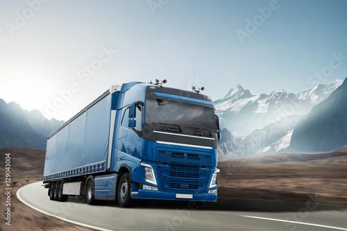 Fototapeta Ciężarówka jeździ po górskim krajobrazie