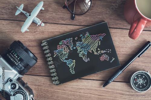 Plakat Akcesoria i przedmioty podróżnych z czarnym notatnikiem i kopią sp