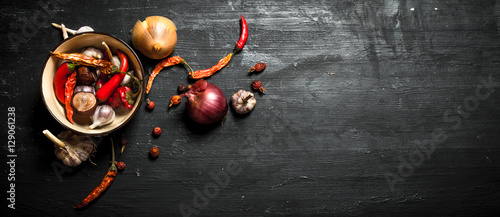 intensywne-przyprawy-ziola-i-swieze-warzywa-na-tle-z-czarnego-drewna