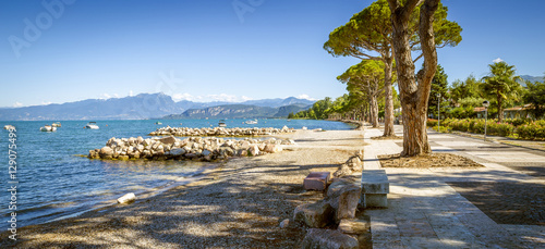 Fotografía Panorama of Garda Lake near Lazise town in Lombardy region, Ital
