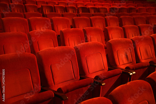 Papiers peints Opera, Theatre Red colored empty movie theater chairs in row