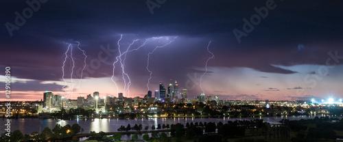 Fotografía  Stunning multiple lightning strikes over Perth CBD