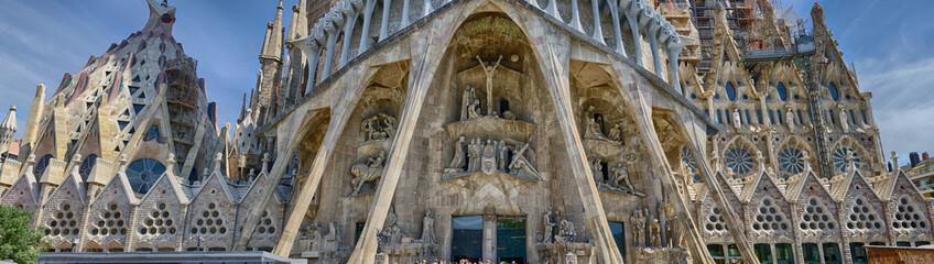 Detaljan panoramski pogled na donji dio Sagrade Familia u Barceloni, Španjolska