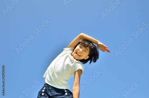 Fotografie, Obraz  青空で体操する女の子