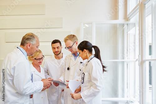 Photo  Ärzteteam mit Patientenakte