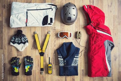Poster Wintersporten items on the floor.
