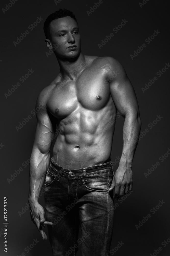 Fototapeta mężczyzna w studio na czarnym tle
