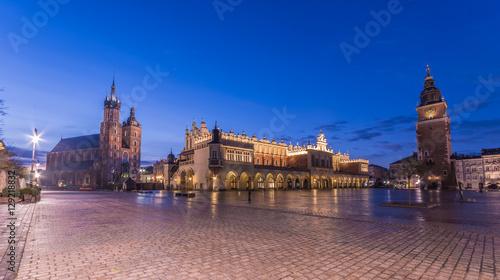 Obraz na płótnie Kościół Mariacki, Sukiennice i Ratuszowa wieża na Rynku Głównym w Krakowie, oświetlona rankiem