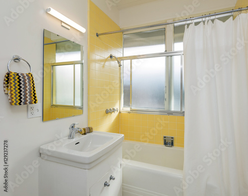 Beautiful Bathroom In White Yellow With Shower Curtain Kaufen
