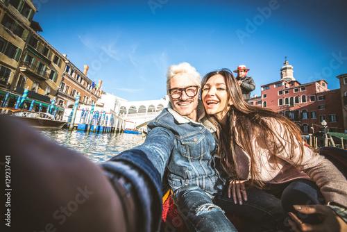 Spoed Foto op Canvas Gondolas Couple sailing on venetian gondola