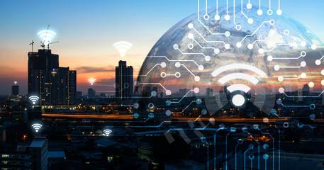 Internet rzeczy, iot, inteligentny dom, inteligentne miasto i połączenie sieciowe. Ludzka ręka trzyma białą ikonę telefonu i iot z miasto zmierzchu widokiem i ziemia meblująca NASA. ikony tła i wifi