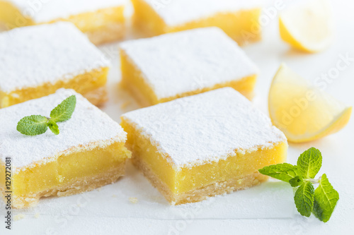 Foto auf Leinwand Desserts freshly baked lemon bars