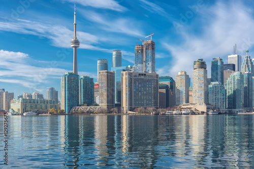 Photo  Skyline of Toronto with CN Tower over Ontario Lake