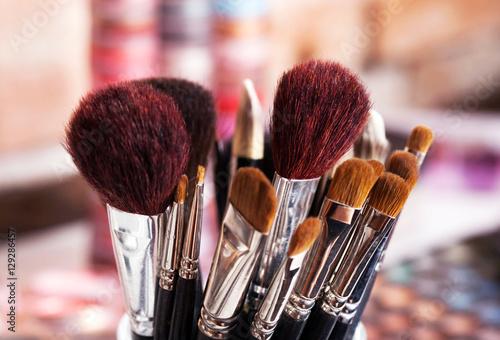 Fotografía  Pinceaux de maquillage professionnels dans ambiance maquilleuse