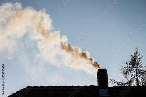 Photo  dym z komina - ogrzewanie domu zimą