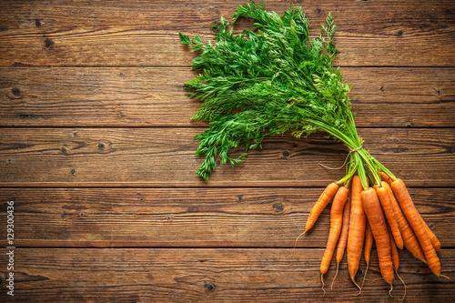 Photo  fresh carrots bunch on wood