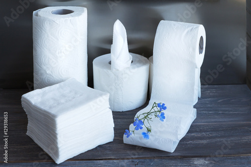 Fotografía  Paper towel, toilet paper, paper tissue and napkins on wooden board, Concept of cleanliness and body care