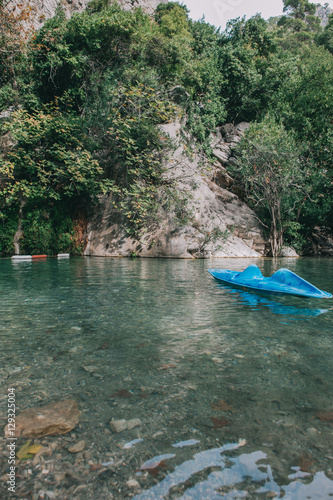 In de dag Asia land Lonely kayak in the canyon Goynuk