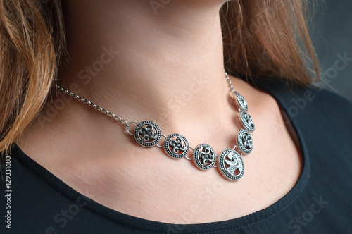 Foto silver ethnic jewelry necklace on woman