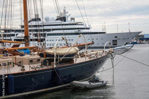 Voilier et yacht à quai Poster