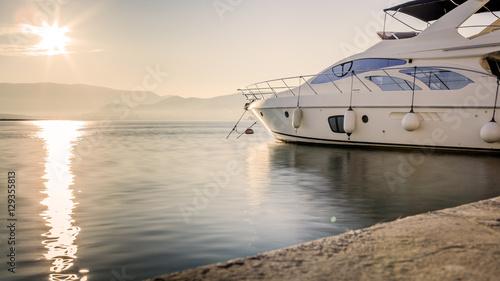 Plakat Luksusowy jacht w porcie przed zachodem słońca, strzał długiego naświetlania