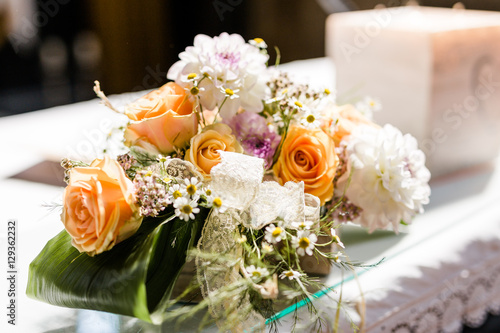 Schone Dekoration Aus Blumen Auf Altar In Einer Kirche Bei Einer