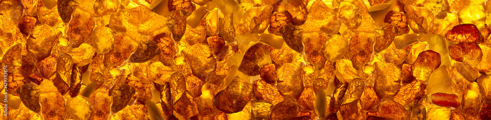 Fotografia panoramic closeup baltic amber stones rectangular lie on a flat surface