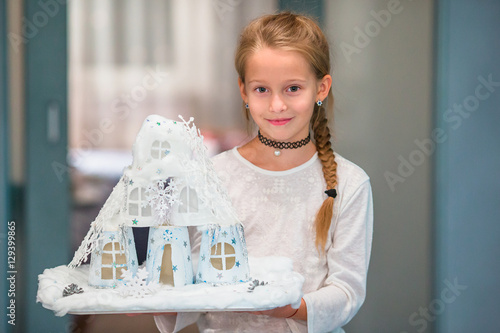 Photo  Little girl holding her craft cardboard house