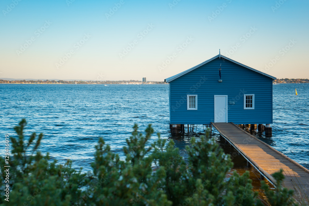 Photo  Sunset over the Matilda Bay boathouse in the Swan River in Perth, Western Australia