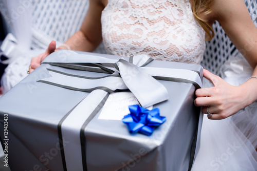 Fototapety, obrazy: Woman opens grey box with blue bow on top