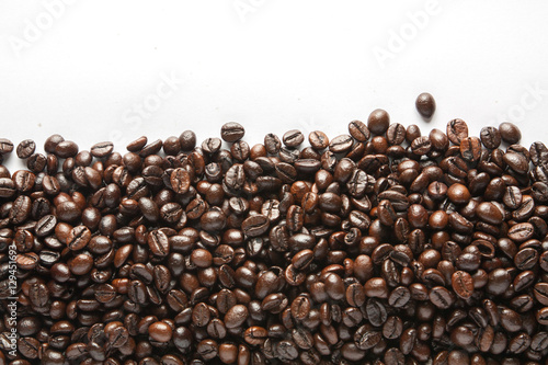 Photo  roasted coffee beans background texture isolated