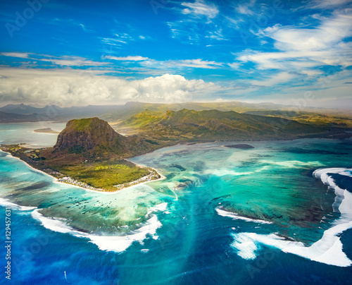 Montage in der Fensternische Luftaufnahme Aerial view of the underwater waterfall. Mauritius