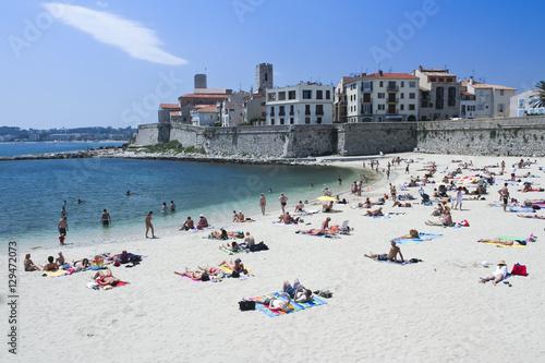 Photo sunbathing people antibes city beach france