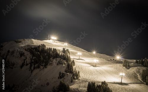 Pinturas sobre lienzo  Ski slope with lights at night