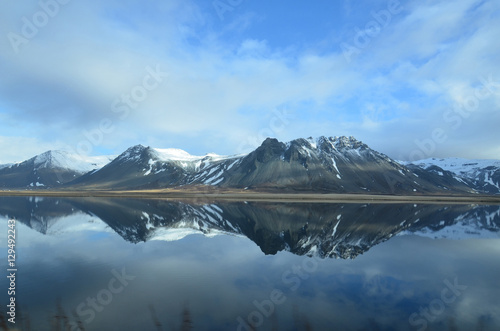 Foto auf AluDibond Reflexion Mountains Reflecting in the Water on Snaefellsnes Peninsula