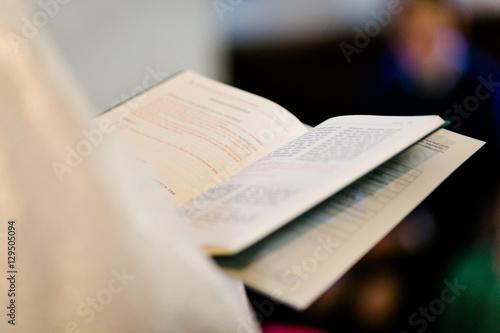 Fotografie, Obraz  Bibel in den Haenden des Pfarrers bei einer Hochzeit