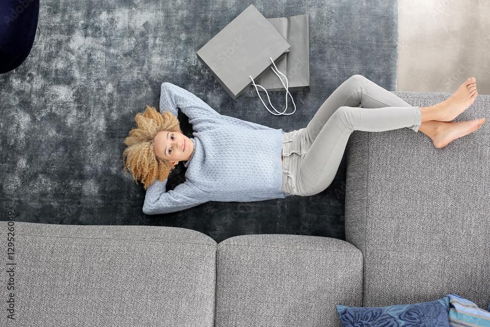 Fototapeta Relaks, czas wolny.Kobieta wypoczywa na dywanie.