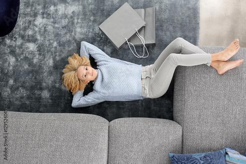 Fototapeta Relaks, czas wolny.Kobieta wypoczywa na dywanie.  obraz