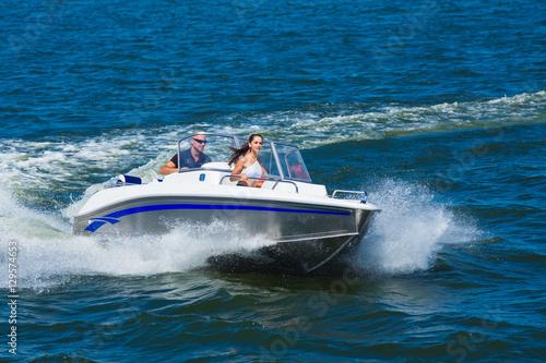 Fotografia  Girls ride on the boat to drift