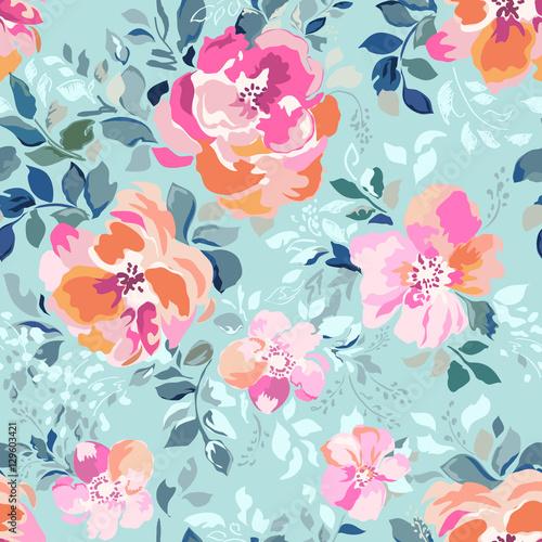 miekkie-rozowe-i-pomaranczowe-kwiaty-na-niebieskim-tle-bez-szwu-wydruku