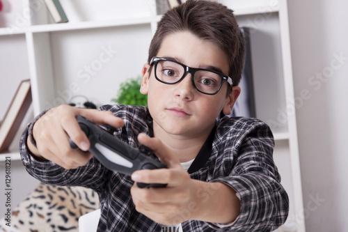Zdjęcie XXL dziecko w domu, grając w gry wideo lub konsolę do gier