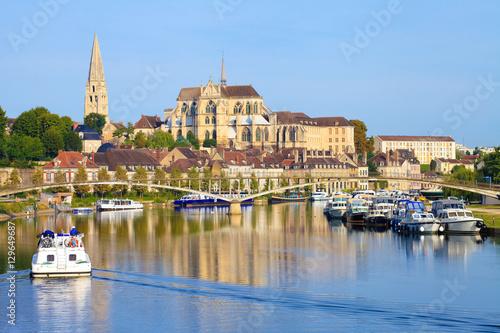 Auxerre, péniche sur l'Yonne, abbaye Saint-germain, Bourgogne-Franche-Comté Obraz na płótnie