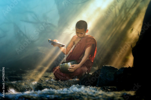 novice monk washing almsbowl Fototapet