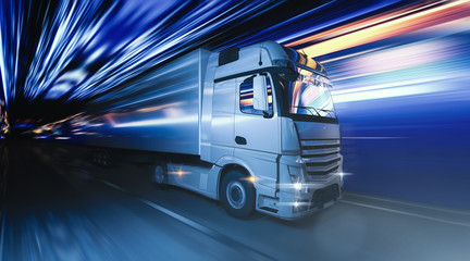 Ciężarówka jedzie szybko przez noc