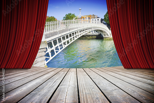 Photo  Open theater red curtains against the most famous bridge in Dublin - concept ima